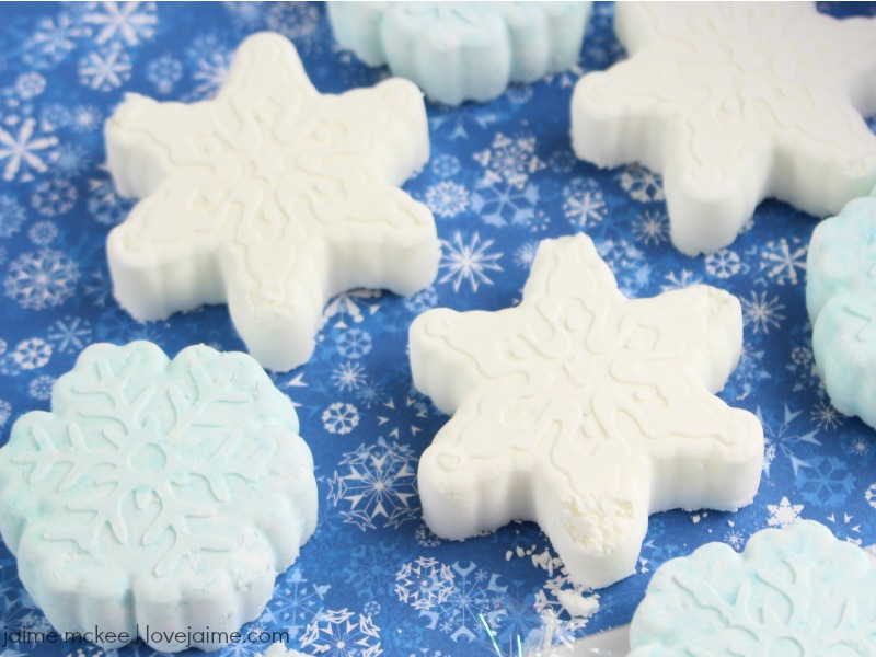 Peppermint Snowflake Shower Steamers. The steam from the shower will help activate the steamer and release the uplifting and energizing aroma of peppermint! #essentialoils #diy #showersteamers